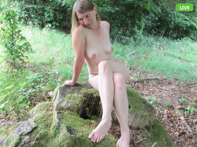 Sexy Nudistin mit kleinen Brüsten